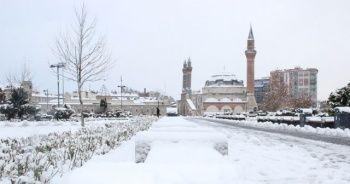 Sivas'ta kar hayatı felç etti