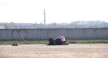 Suriyeliler sıfır noktasında sınırı seyrederek vatan hasretini gideriyor