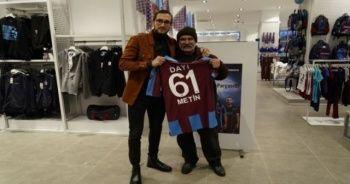 Trabzonsporlu futbolcu Yusuf Yazıcı, posteri ile konuşan taraftarla buluştu