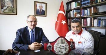 Türk boksör Karakuş kemerini Filistin'e armağan etti