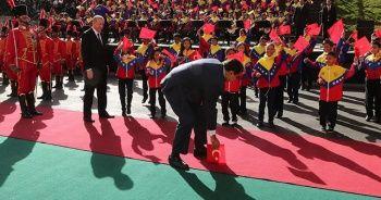 Venezuela Lideri Maduro, Yere Düşen Türk Bayrağını Kaldırdı