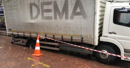 Beşiktaş'ta yol çöktü, kamyonet içine düştü