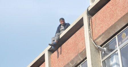 Borçları bulunan kişi 7 katlı binaya çıktı