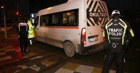 Çeşitli suçlardan aranması olan 8 şahıs, okul önü denetimlerinde yakalandı