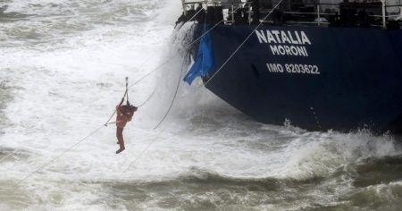 Şile'de karaya oturan geminin mürettebatı kurtarıldı