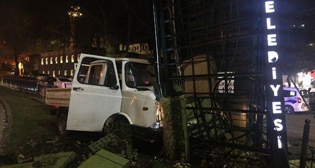 Alkollü sürücü saat kulesine çarptı