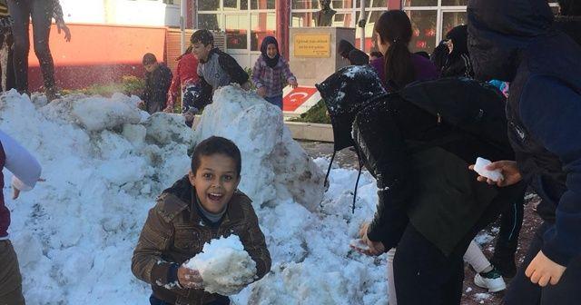 Belediye başkanı okullara kamyon ile kar gönderdi