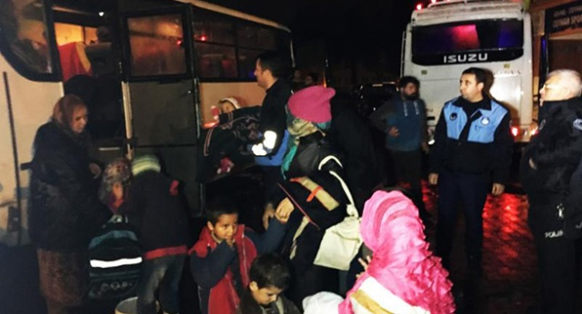 Ceyhan Nehri taştı, çadırda kalan Suriyeliler, spor salonuna taşındı