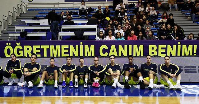 Fenerbahçe akademisyen Ceren Damar Şenel için pankart açtı