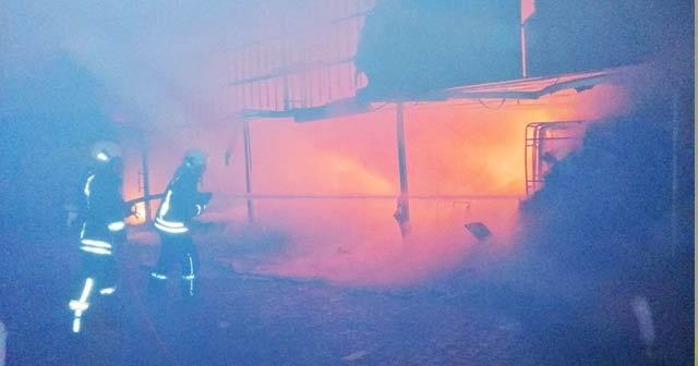 Fethiye'de mobilya deposunda korkutan yangın