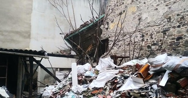 İzmir'de tarihi bina çöktü