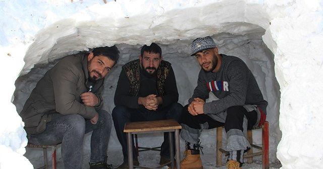"""Kar gören Bingöllü """"Kardan kafe"""" yaptı"""