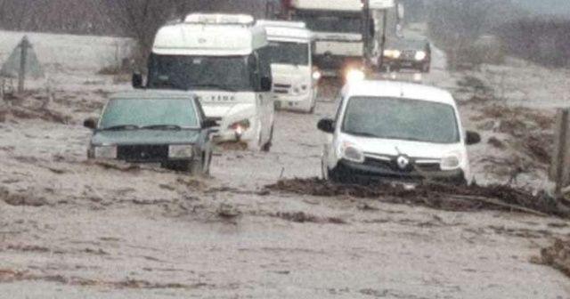 Sel nedeniyle yol trafiğe kapandı, araçlar mahsur kaldı