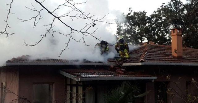 Yangına müdahale eden itfaiyeci çatıdan düştü