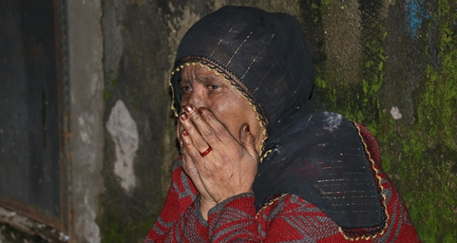 Yaşlı kadın gözyaşları içerisinde evinin yanışını izledi