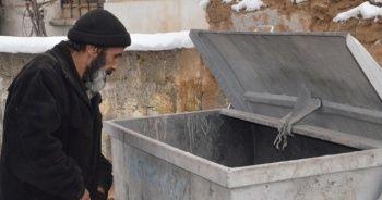 Çöp konteynerlerinden topladığı ekmeklerle karnını doyuruyor