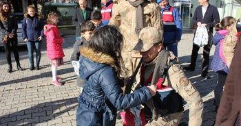 Öğrenciler Mehmetçik'e atkı ördü