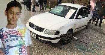 Otomobil refüje çarptıktan sonra küçük çocuğu ezdi