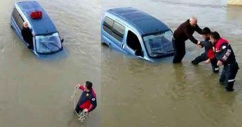 Sele kapılan araçta mahsur kalan sürücüyü itfaiye kurtardı