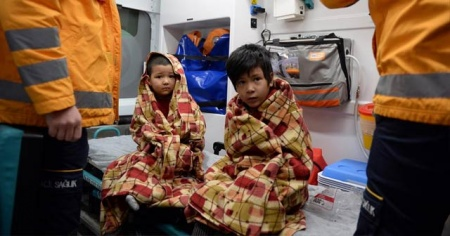 Gazete dağıtıcısı Afgan ailenin hayatını kurtardı! Pencereden atılan iki çocuğu havada yakaladı