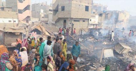 Pakistan'daki yangında 100 ev enkaza döndü