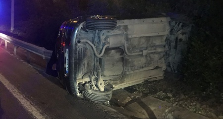 Üsküdar'da otomobil bariyerlere çarptı