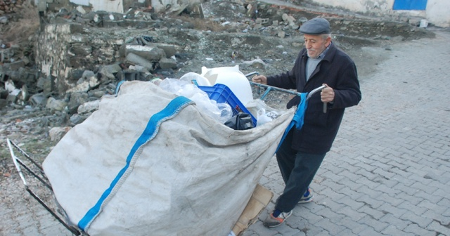 75 yaşındaki dede geçimini plastik toplayarak sağlıyor