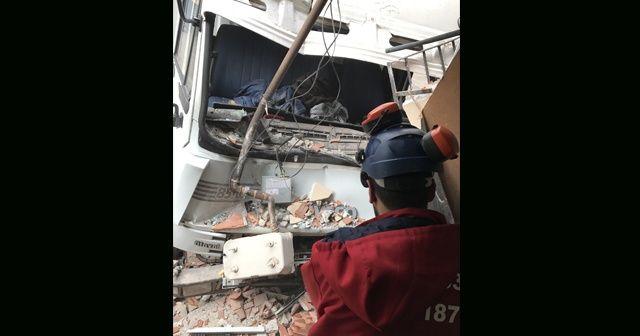 Freni patlayan kamyon yatak odasına daldı