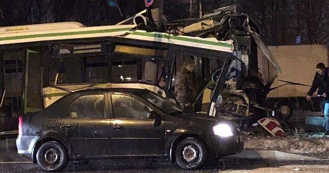 Rusya'da elektrik direğine çarpan otobüs ortadan ikiye ayrıldı