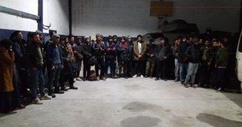 15 kişilik minibüste 38 kaçak şahıs ile 11 kilo esrar çıktı