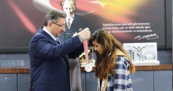 Başkan Arslan, boks şampiyonu Buse'yi altınla ödüllendirdi