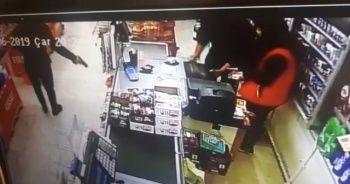 Bıçaklı, silahlı market soyguncularını sopayla etkisiz hale getirdi