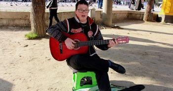 Down sendromlu genç, ailesine yük olmamak için sokaklarda gitar çalıp şarkı söylüyor