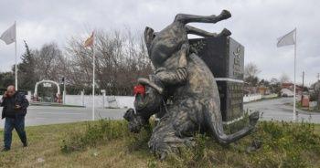 Fırtına çatıları uçurdu, 'Türkmen Beyi' heykelini yıktı