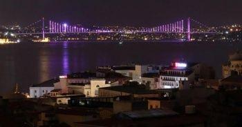 İstanbul'da köprüler epilepsi farkındalığı için mor renge büründü