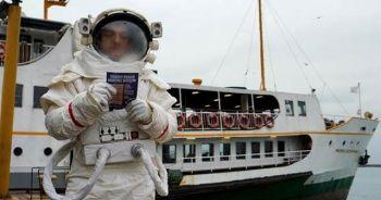 İstanbul'un konuştuğu astronot metrobüsten sonra şimdi de vapura bindi
