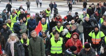 İsveç'te 'sarı yelekliler' sokağa çıktı