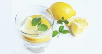 Limonlu Su Zayıflatır Mı? Limon Suyu İçmek Zararlı Mı