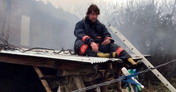 Sakarya'da 2 katlı ahşap ev alev alev yandı