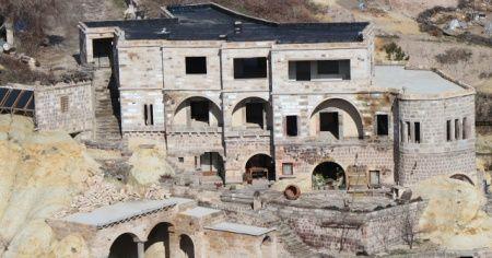İYİ Parti'li Başkan adayı otelinin yıkılmaması için yolu kapattı