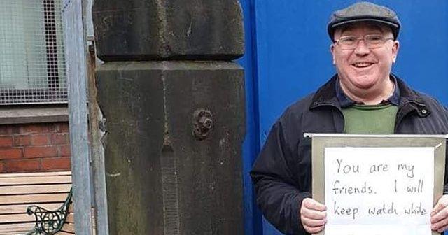 Camide nöbet tutan İngiliz'den 'Nefret bizi hiçbir yere götürmez' mesajı