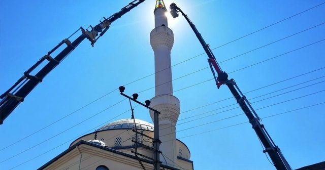 Depremde zarar gören minareyi itfaiye indirdi