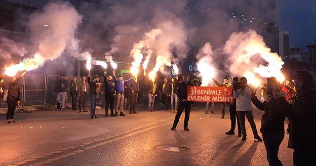 Fenerbahçeli taraftardan stat önünde evlilik teklifi