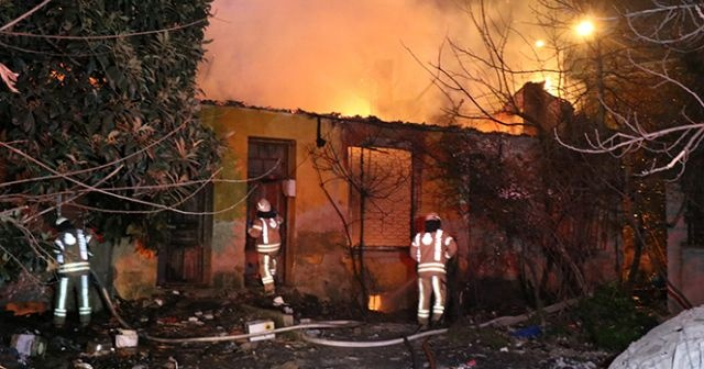 İstanbul Kadıköy'de 4 metruk bina alev alev yandı