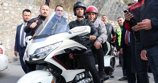 Kenan Sofuoğlu belediye başkan adayıyla motosiklete bindi