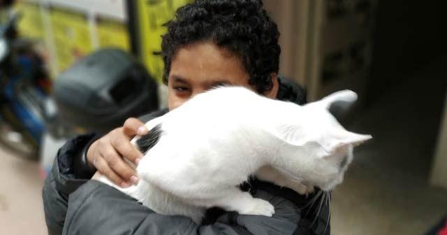 Küçük çocuk, kurtarılan kedisine sıkı sıkı sarıldı