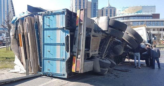 TEM bağlantı yolunda kamyonun dorsesi devrildi, yol trafiğe kapandı