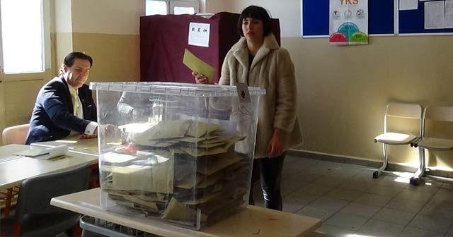 Zehra Çilingiroğlu da annesi gibi seçim mührünü kabinde unuttu