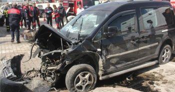 Adana'da otomobil ile hafif ticari araç kafa kafaya çarpıştı: 3 yaralı