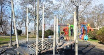 Çocuk parkındaki plastik oyun grubunu yaktılar